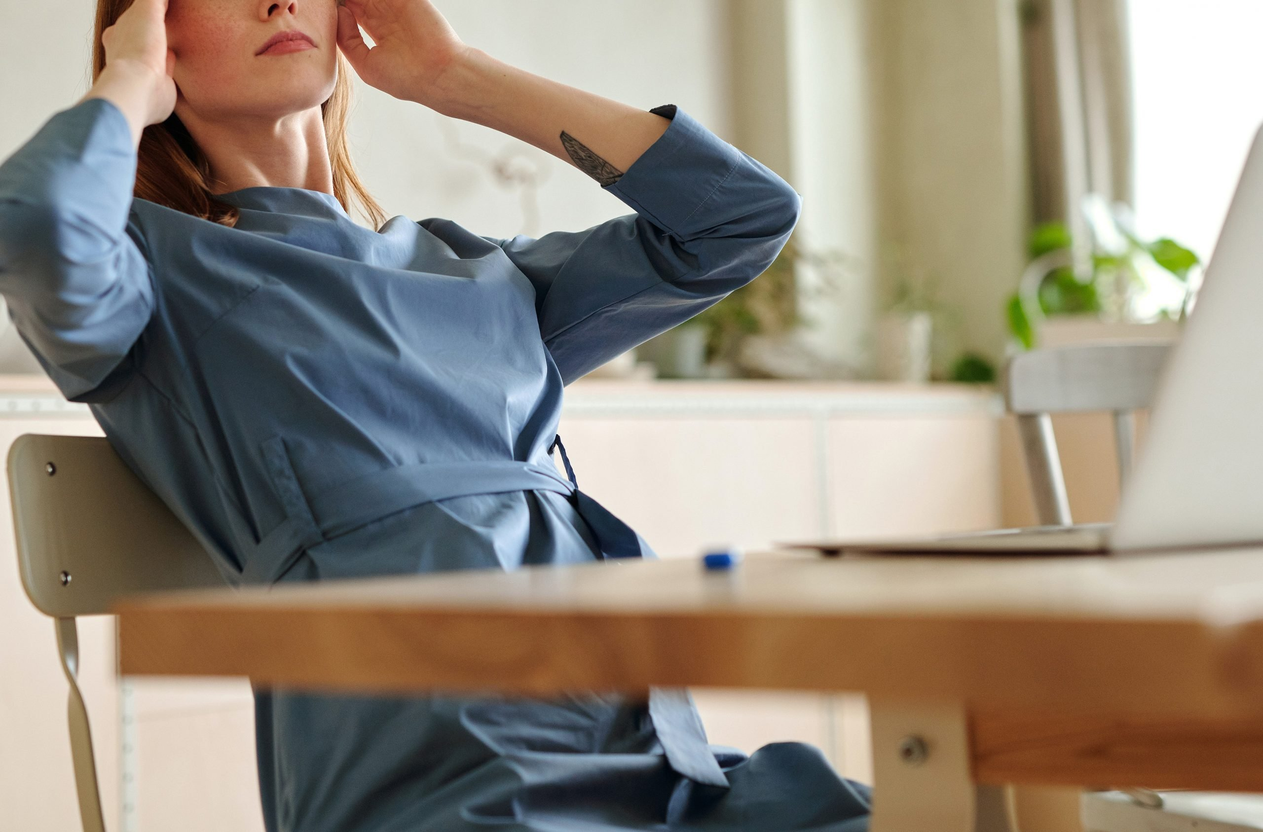 woman with migraine at desk, CBT Therapy for migraines, Ft. Lauderdale, FL